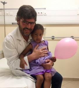 Dr. Velasco con una jovencisima paciente de Palmeira, Isla de Sal